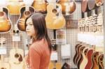 yui-mau-beli-gitar