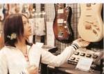 yui-mau-beli-gitar2